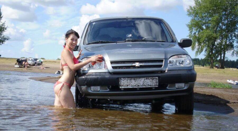 девушка моет кузов нивы