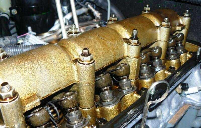 под крышкой двигателя нивы шевроле