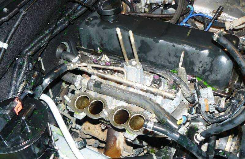 снятая крышка ресивера двигателя нивы шевроле